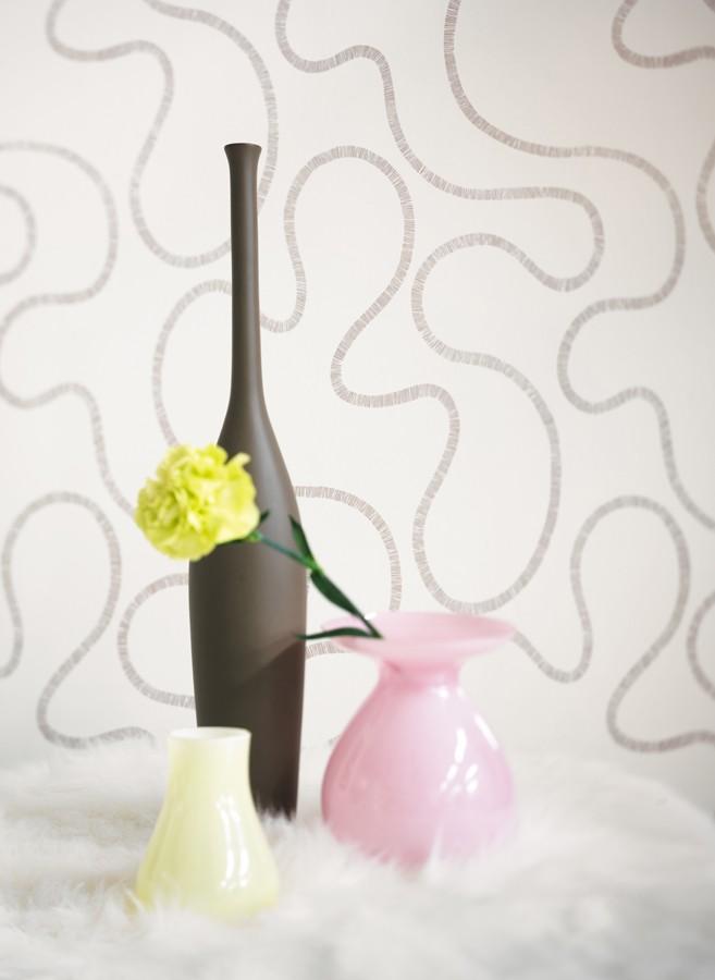 Papel pintado trazos curvos efecto textil gris visón fondo blanco Avedon 228255