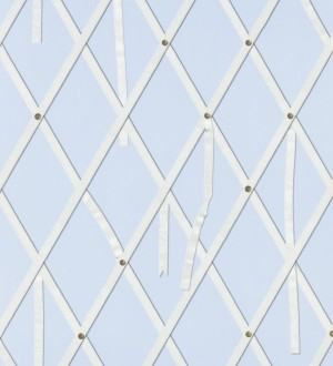 Papel pintado ornamental de rombos con lazos fondo celeste lavanda Batlló 563845