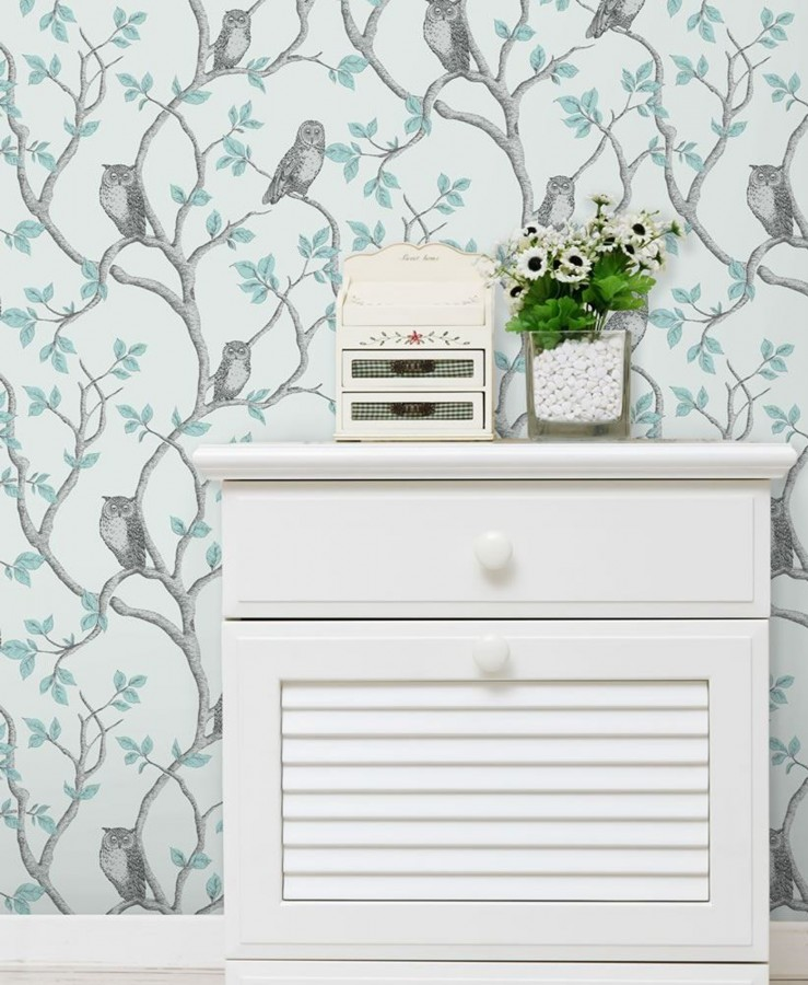 Papel pintado de búhos y árboles nórdicos gris perla metalizado fondo celeste claro pálido Sleepy Owls 421581