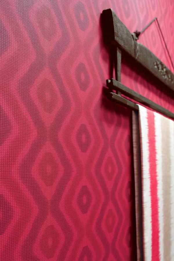 Papel pintado geométrico de origen étnico morado berenjena fondo rosa intenso Indira 421548